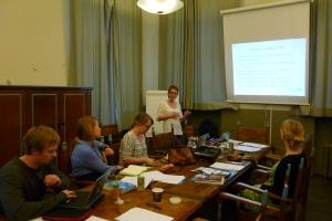 Rosa Puhakainen-Mattila YK-liitosta paasaamassa täyttä asiaa tuleville kouluvierailijoille.